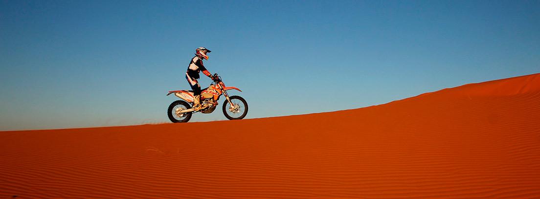 Motorista sobre una duna en el desierto