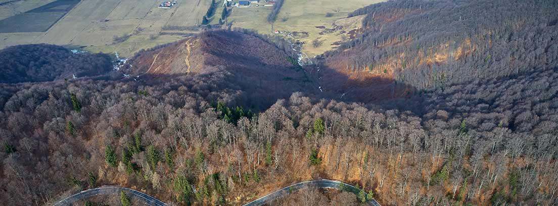 Carretera de montaña vista desde el aire