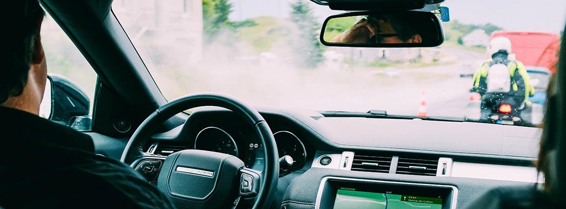 Interior de coche con conductor al volante
