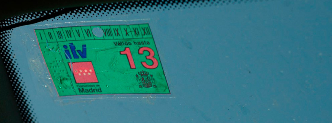 Pegatina ITV colocada en el parabrisas de un vehículo