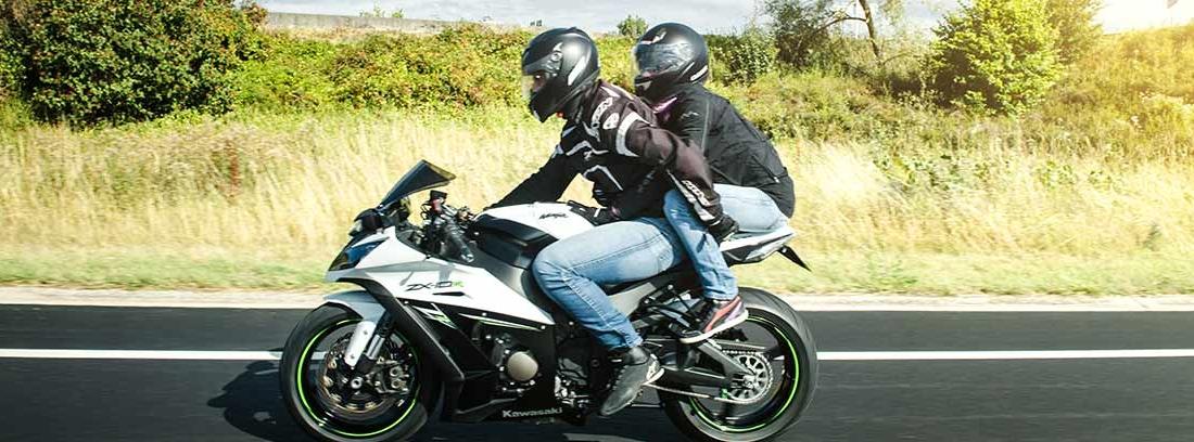 Dos personas viajando en una moto