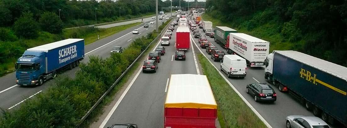 Carretera con diferentes vehículos