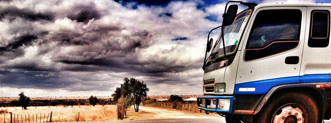 Camión circulando por una carretera