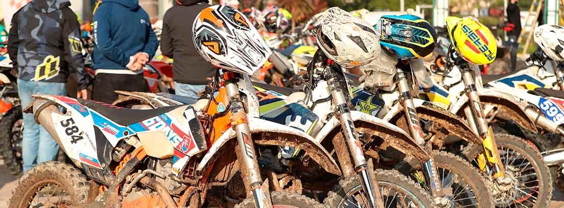 Varias motos Enduro llenas de barro aparcadas