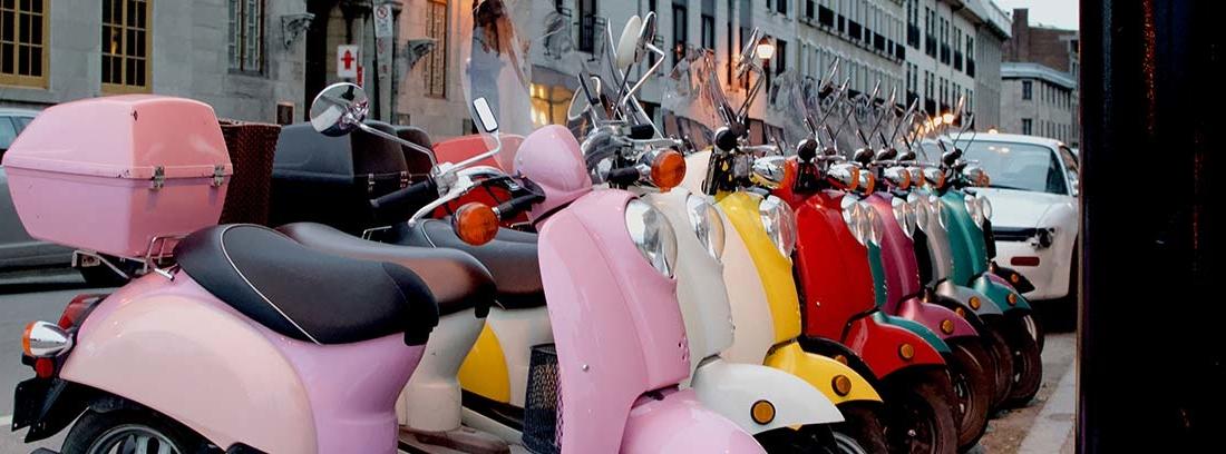 Fila de scooter aparcadas en la calle de muchos colores