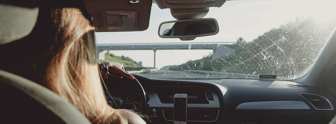 Mujer conduciendo coche vista desde la parte de atrás