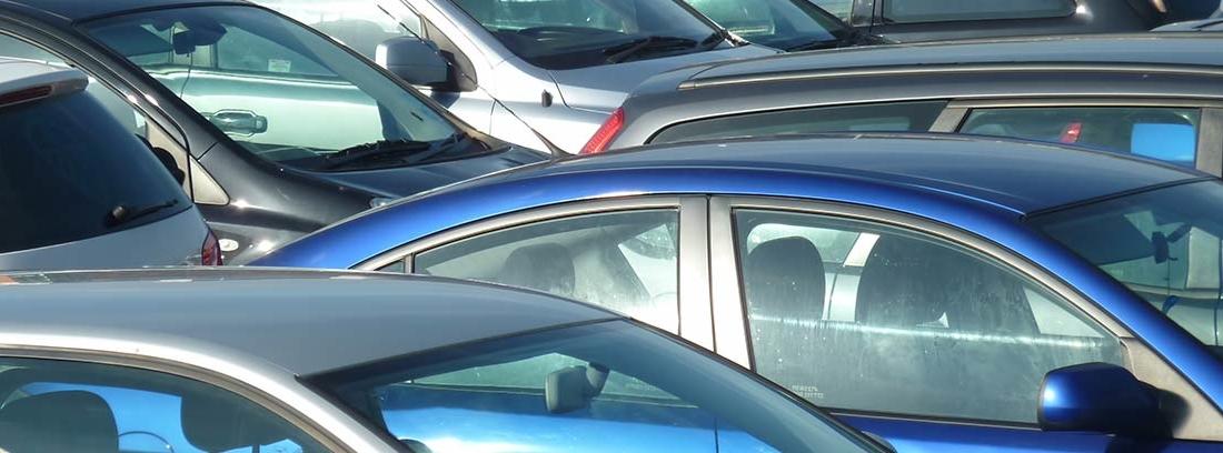 Varios coches aparcados en un aparcamiento
