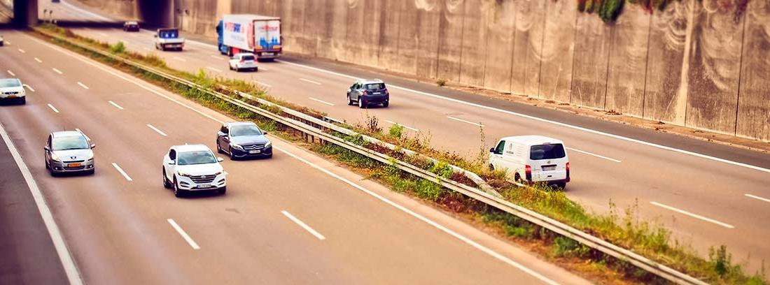 Varios coches circulando porr una carretera