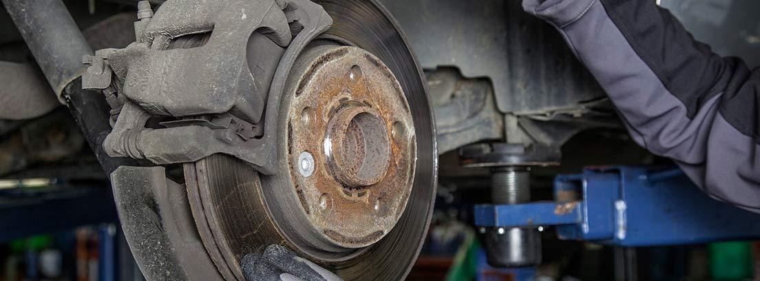 Mecánico arreglando discos de freno de un coche