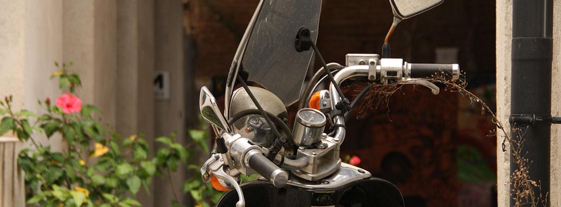 Vista superior de moto con espejo retrovisor