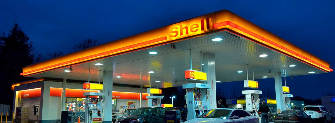 Estación de servicio Shell con coches repostando