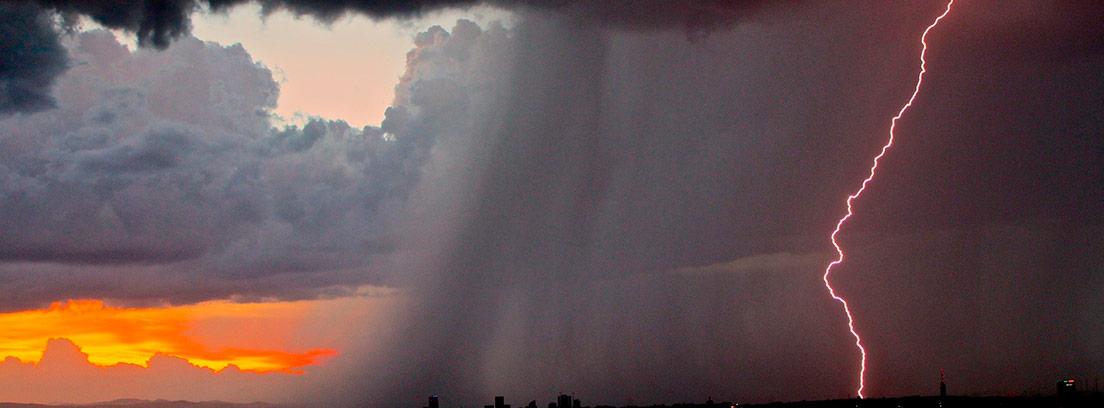 Ciudad sobre la que está cayendo una gran tormenta
