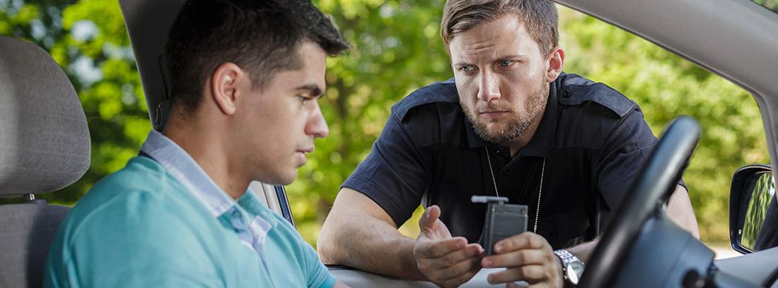 Policía hablando con un conductor en un control