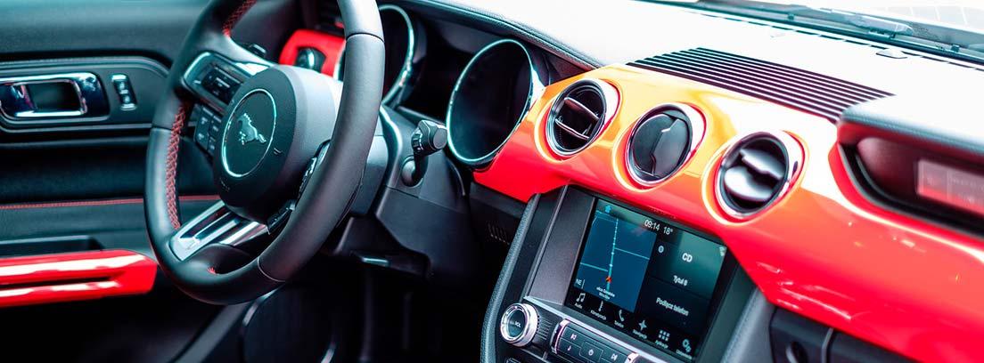 Interior de un vehículo nuevo en tonos rojos y negros
