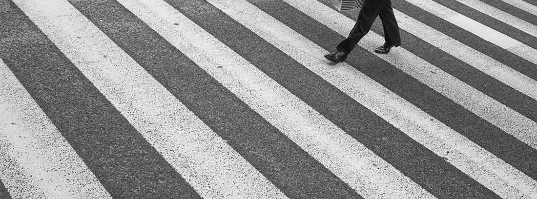 Personas cruzando un paso de cebra