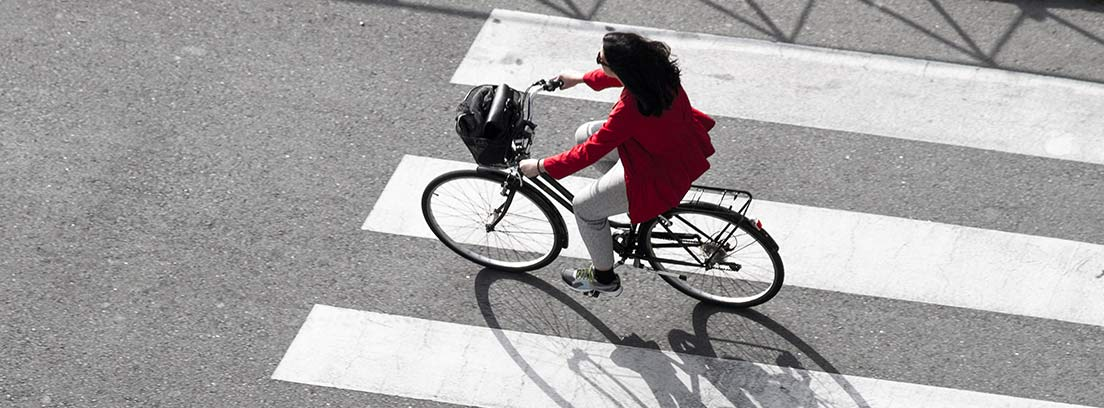 mujer cruzando en bicicleta