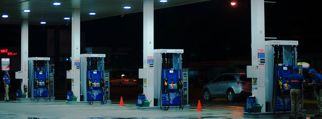 Vista general de gasolinera con diferentes surtidores