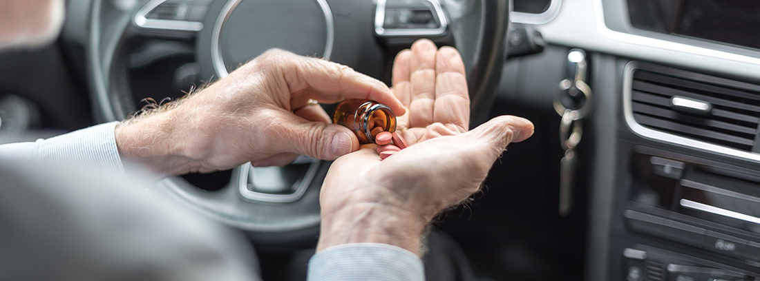 Hombre tomando pastillas dentro del coche