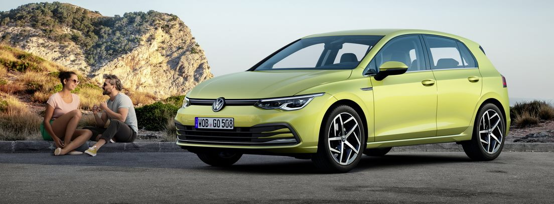 Volkswagen Golf y dos personas
