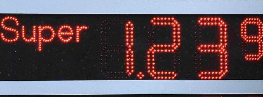 Cartel con precios de combustible en gasolinera
