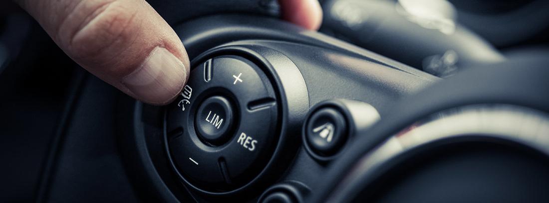 Mano activando el control de crucero de un coche