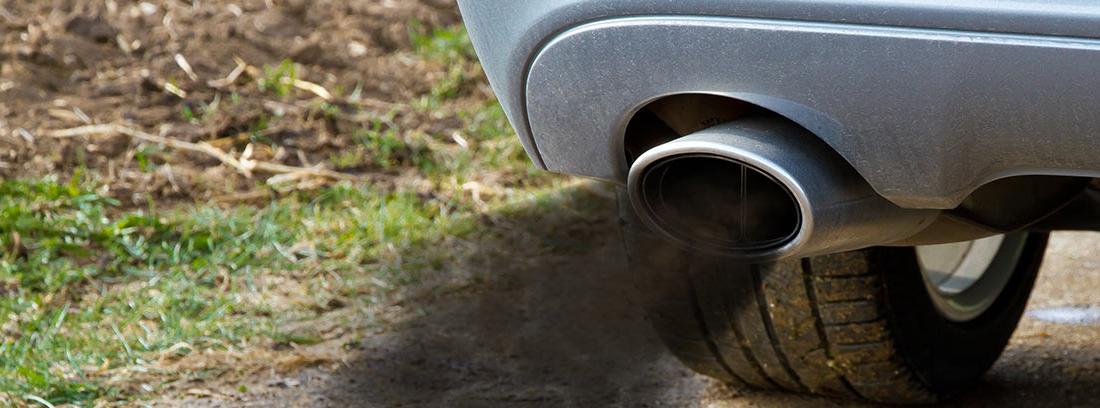Humo negro saliendo del tubo de escape de un coche