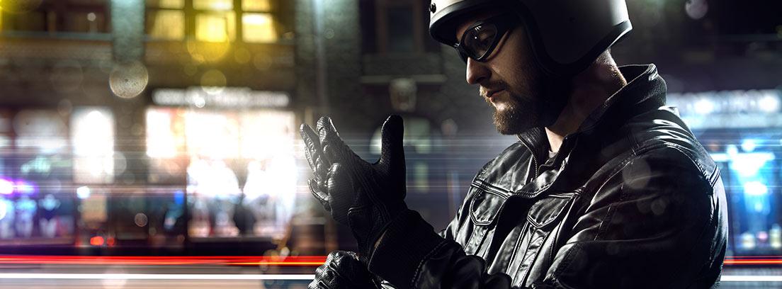 Hombre colocándose unos guantes para moto
