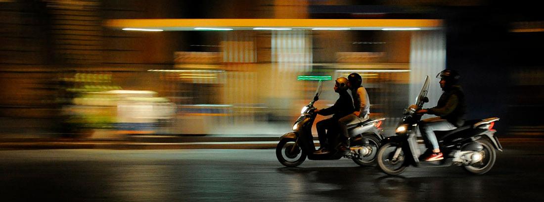 Dos motos circulando a gran velocidad por una carretera