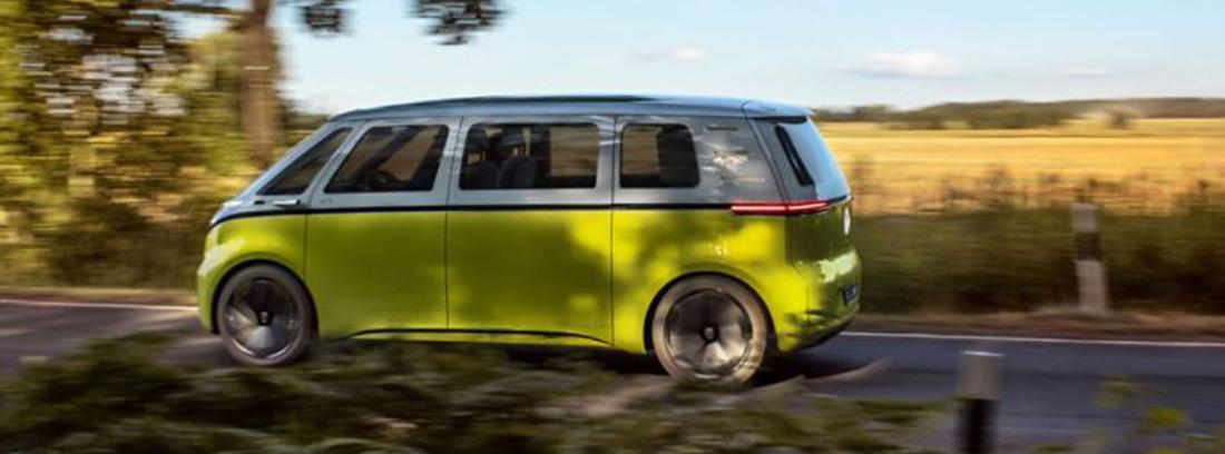 ID Buzz de Volkswagen de color amarllo circulando por una carretera