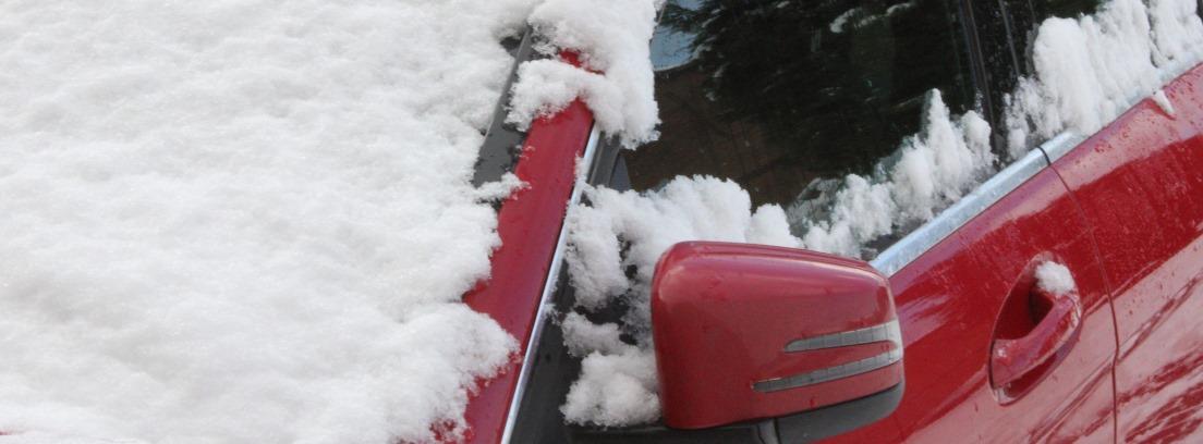 Coche con hielo en el parabrisas