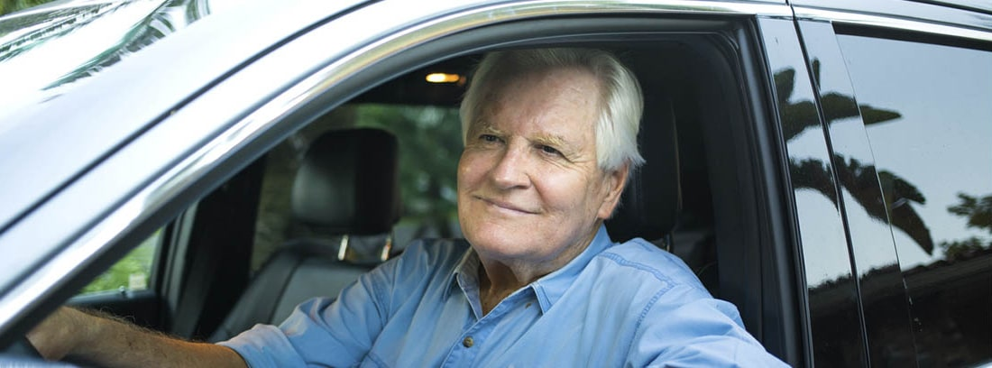 persona mayor conduciendo un coche