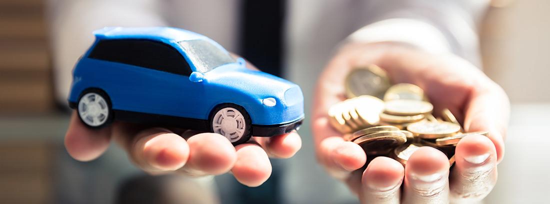 Manos sujetando un coche de juguete y monedas