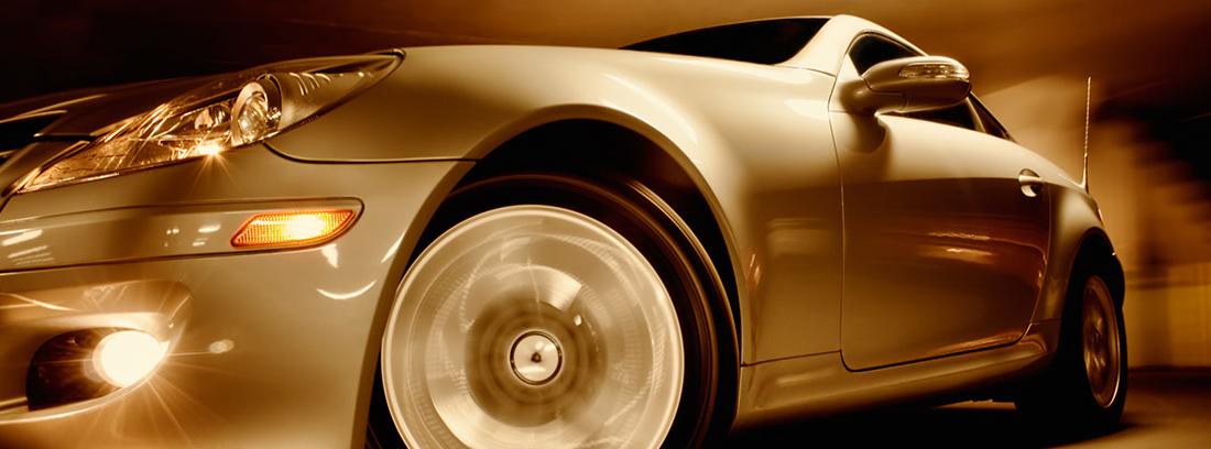 Vista de perfil de un coche deportivo