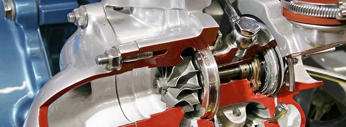 Vista de elementos de un turbo compresor de un vehículo.