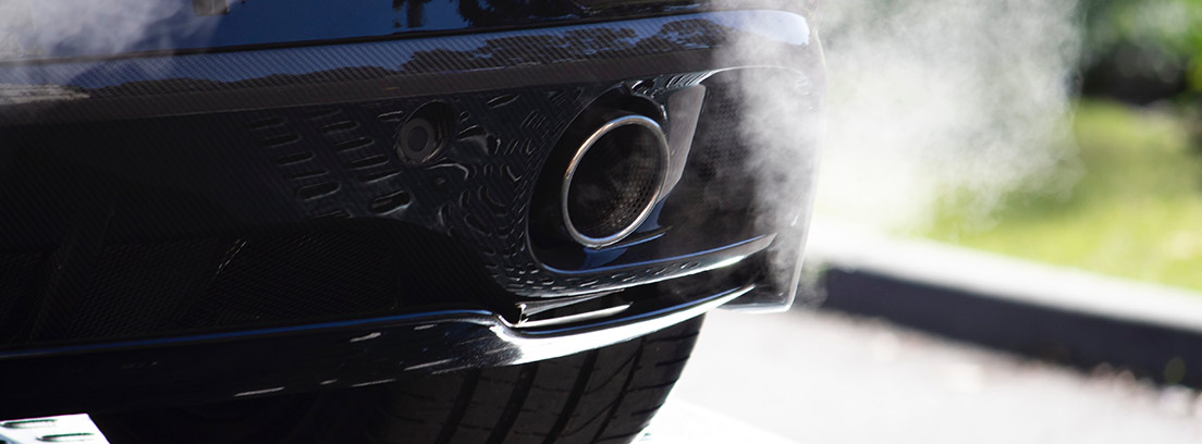 Tubo de escape de coche expulsando humo