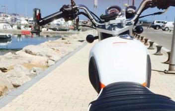 Motocicleta con asiento tapizado