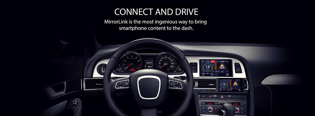 Interior de coche con móvil conectado por MirrorLink.