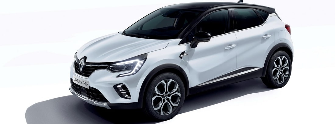 Vista lateral izquierda del Renault Captur E-Tech Plug-In sobre fondo blanco
