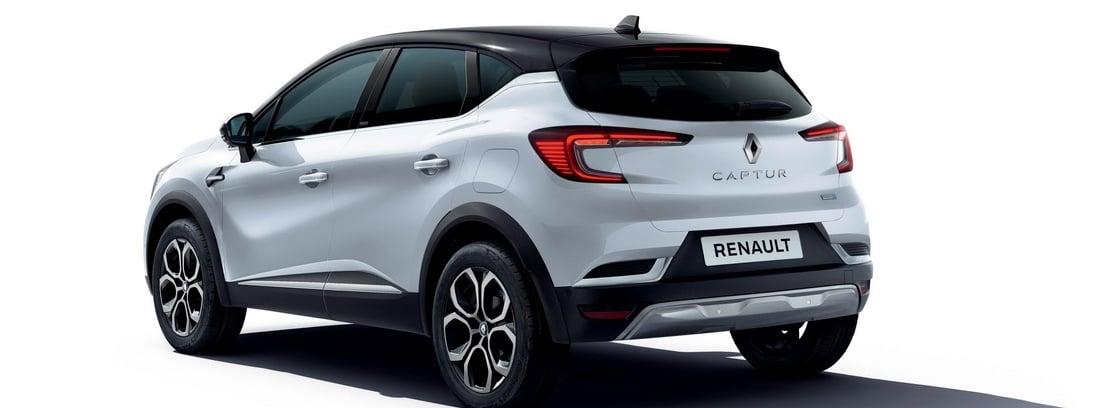 Vista lateral/trasera del Renault Captur E-Tech Plug-In sobre fondo blanco
