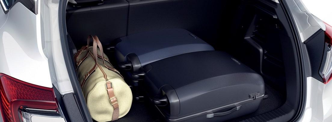 Maletero abierto del Renault Captur E-Tech Plug-In con equipaje dentro