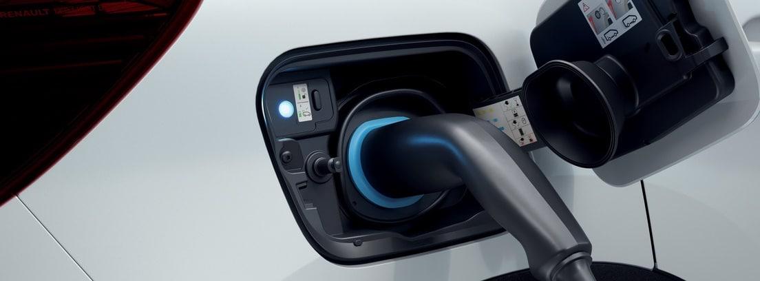 Detalle de la toma de carga del Captur E-Tech Plug-In enchufado