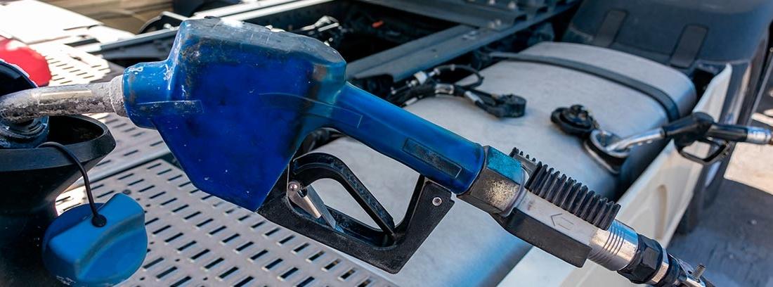 manguera azul de AdBlue repostando en un motor.
