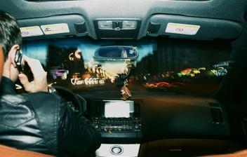 Interior de coche con conductor y luces de cortesía.