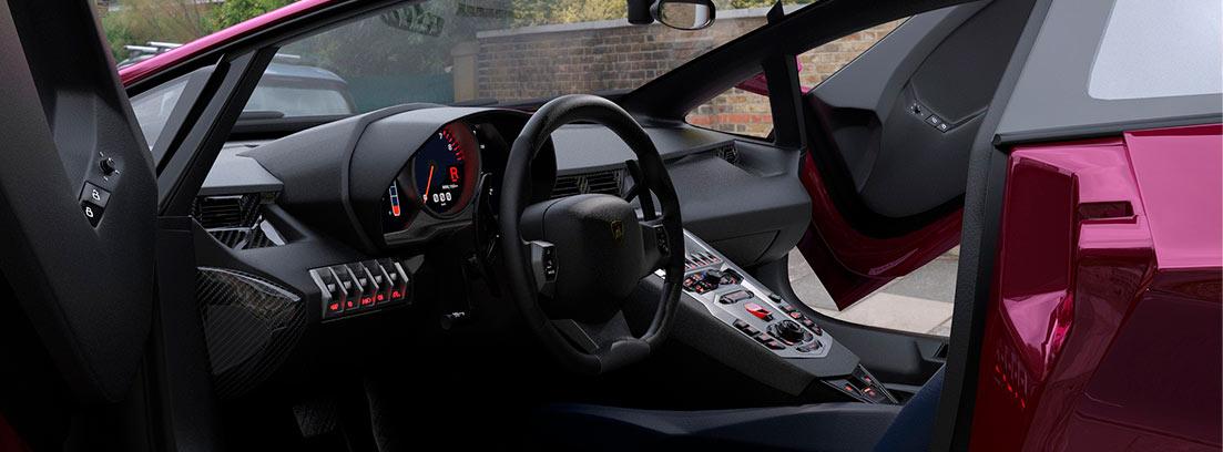 Interior de coche con puertas abiertas