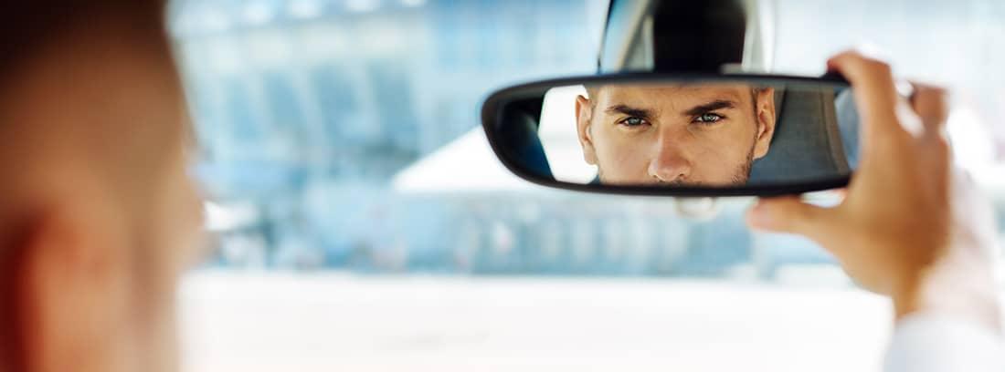 hombre colocando el espejo retrovisor
