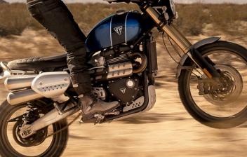 Triumph Scrambler 1200 XE conduciendo por dunas