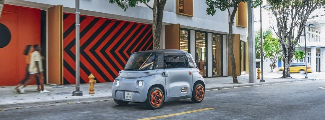 Citroën AMI conduciendo por ciudad