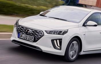 Nuevo Hyundai IONIQ 1.6 GDI PHEV blanco circulando por una calle