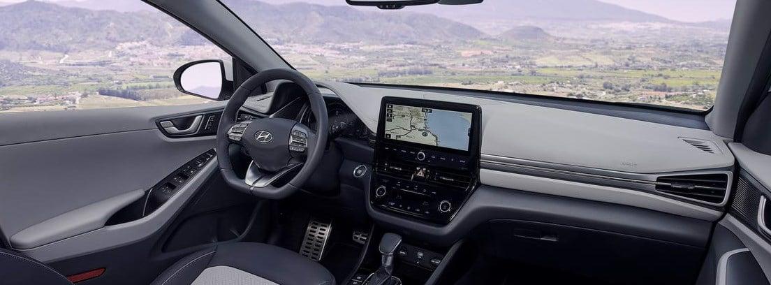 Vista del salpicadero y el volante del nuevo Hyundai IONIQ 1.6 GDI PHEV desde el asiento del copiloto
