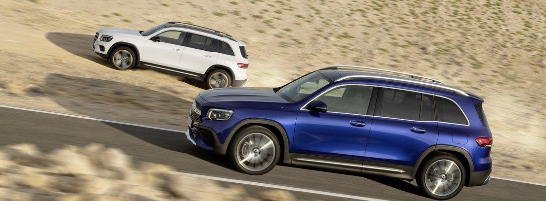 Dos modelos Mercedes GLB en carretera